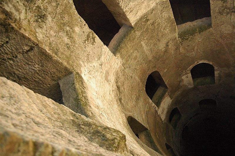 Finestroni Pozzo di San Patrizio, Orvieto. Foto by (c) Fabio Poggi on Wikimedia Commons