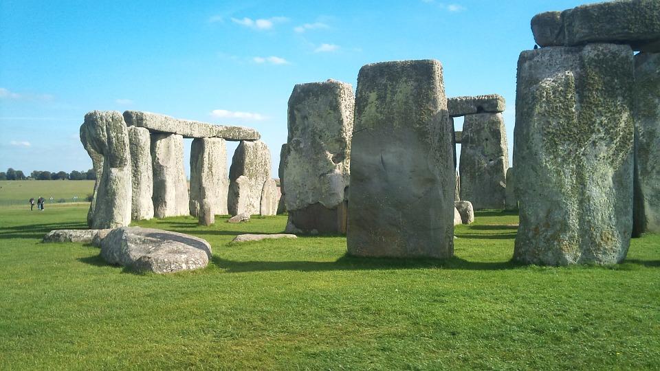 Stonehenge circle, fonte by (c) Deborah Bates