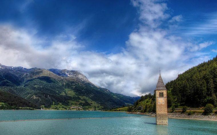 La storia del campanile che emerge dal Lago di Resia in Alto Adige