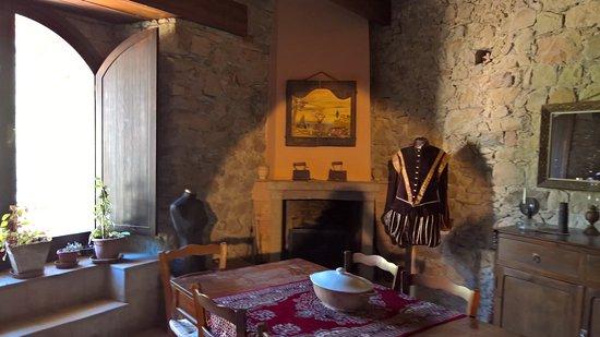 Sala da pranzo con abiti del Castello di Isabella Morra